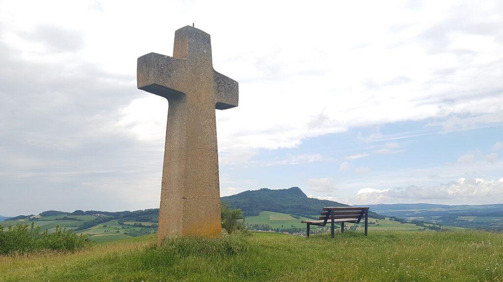 Imposantes Steinkreuz mit Sitzbank