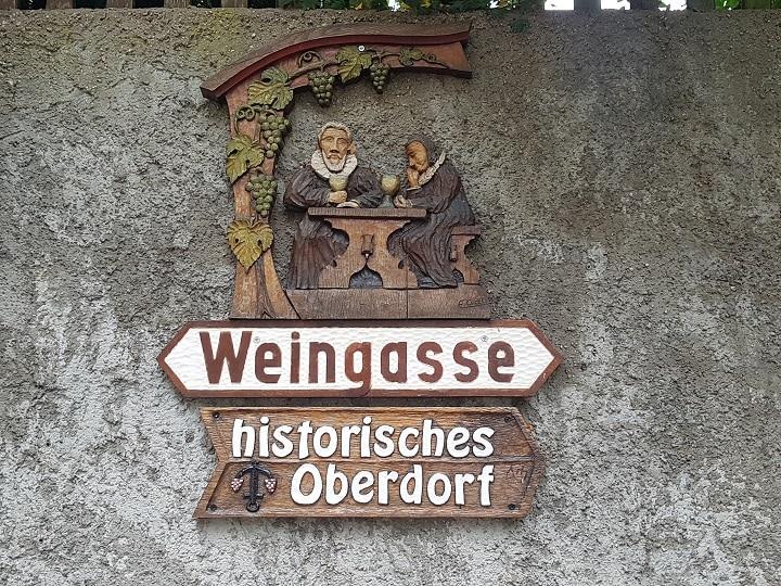 Alte Markierung an Hausfassade