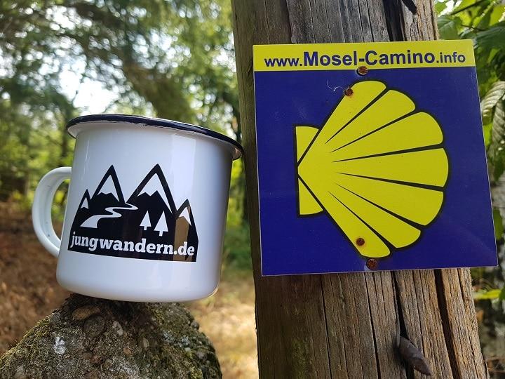 Emailletasse und Wegmarkierung Mosel-Camino