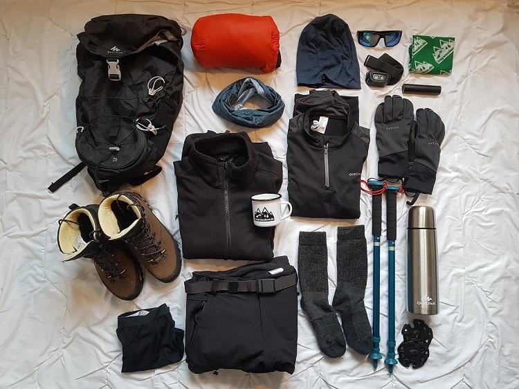 Ausrüstung für eine Wanderung im Winter