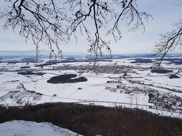 tolle Aussicht auf die weiße Schneelandschaft der Ostalb