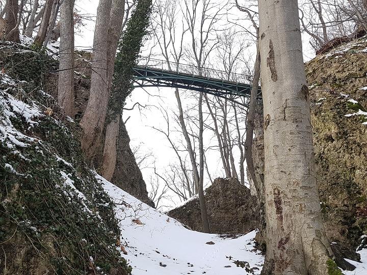 Die Brücke zur Burg von unten