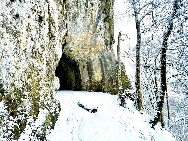 verschneiter Eingang einer Höhle
