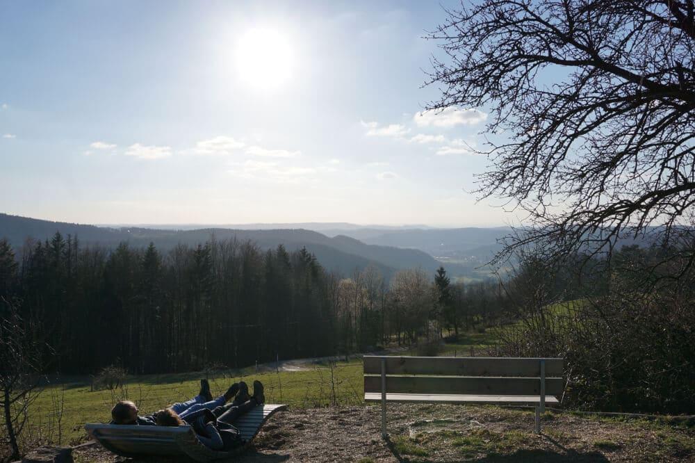 Sitzbänke mit schöner Aussicht bei gutem Wetter