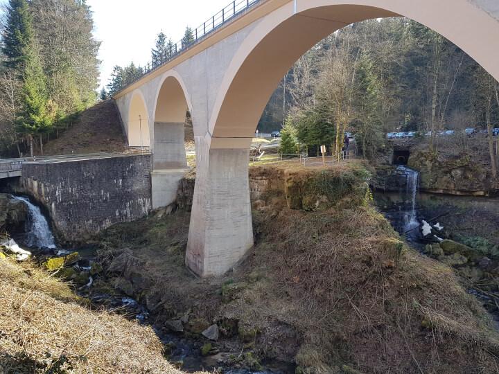 Viadukt zwischen Laufenmühle und Klingenmühle mit Wasserfällen