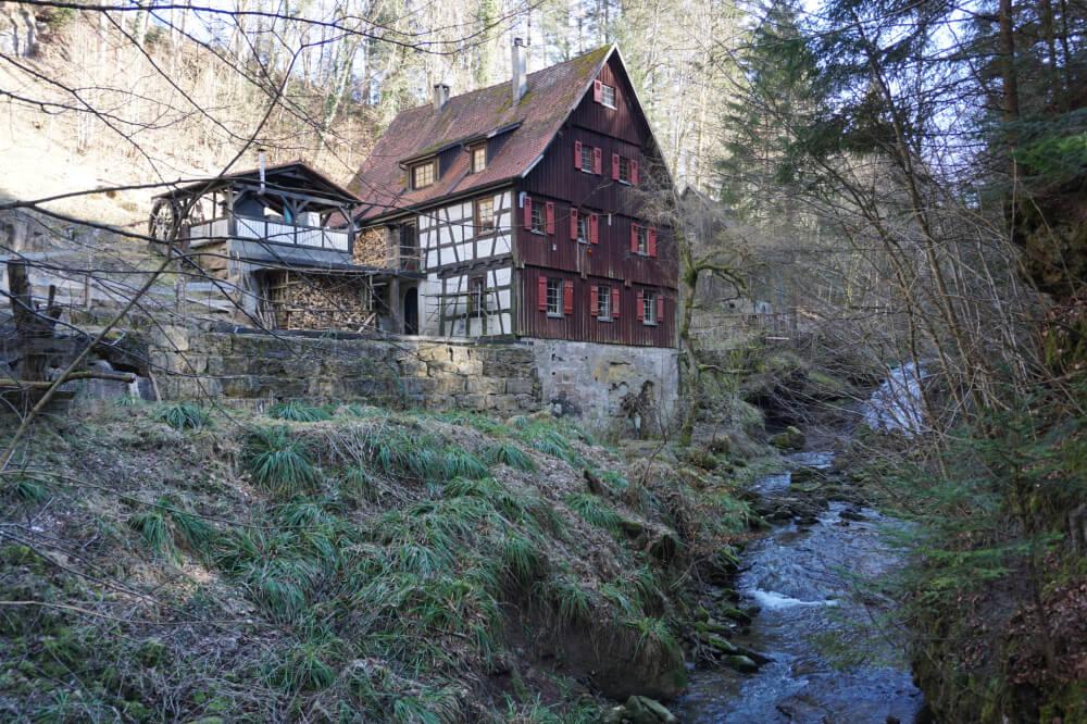 Fachwerkhaus und Mühle mit Wasserfall