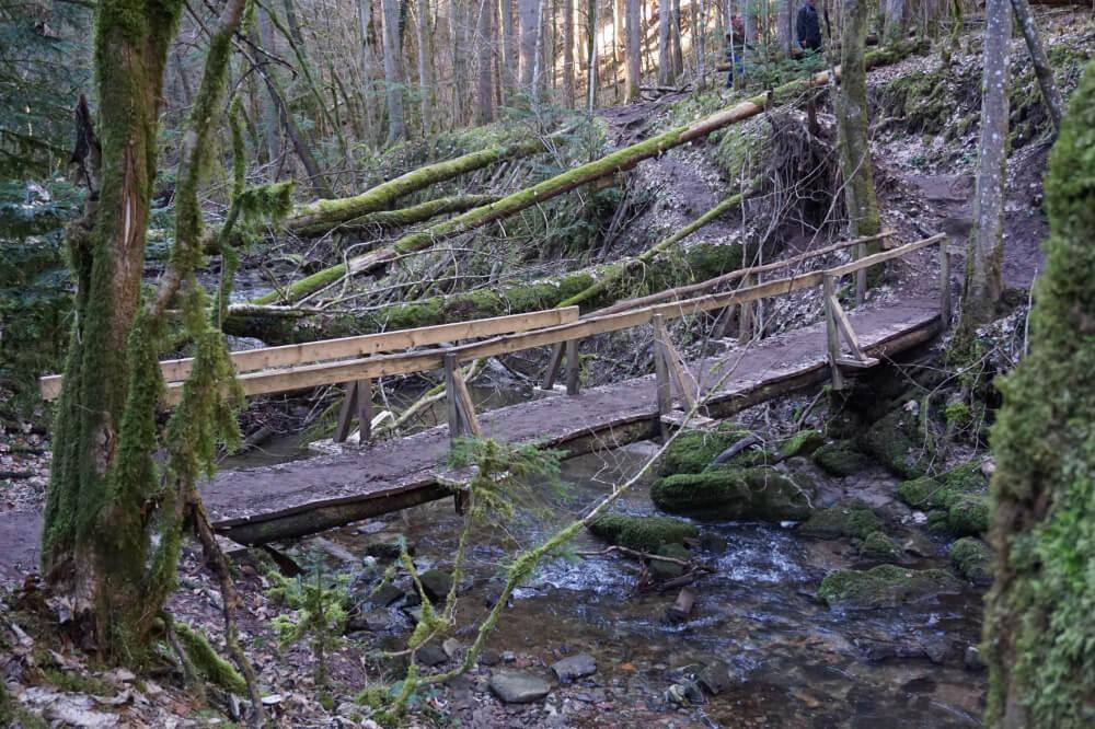 Alte morsche Brücke über Bach