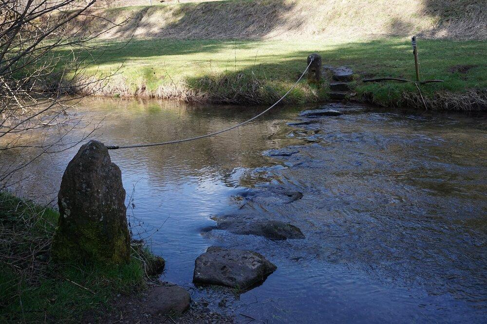 Weg über die Teinach über Steine