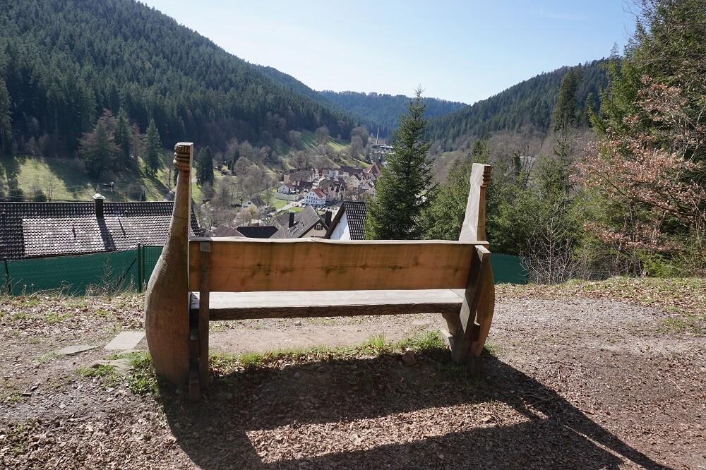 Sitzbank aus Holz mit Aussicht