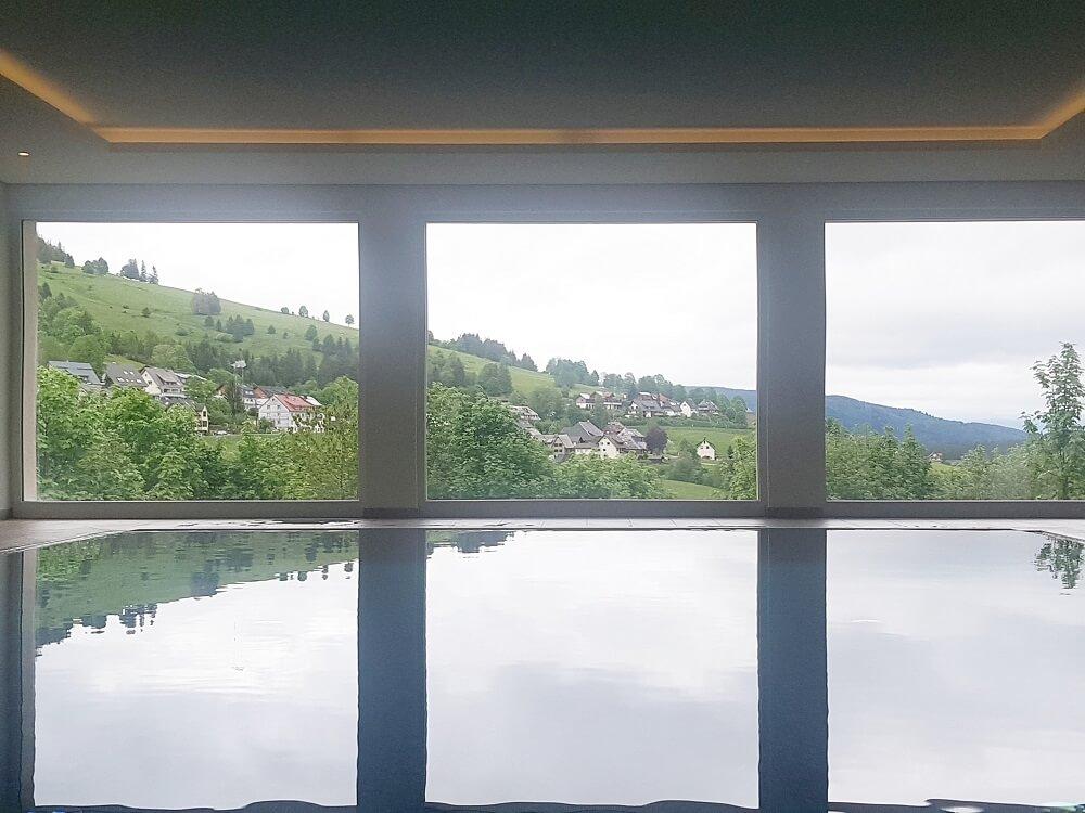 Pool mit Aussicht auf Bernauer Alb