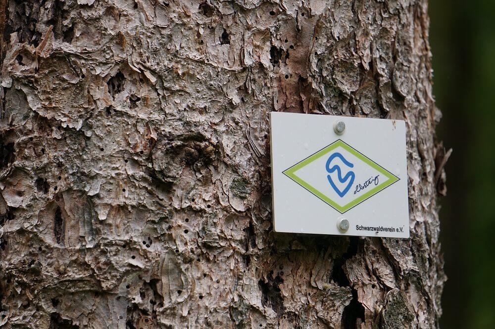 Wegmarkierung an Baum