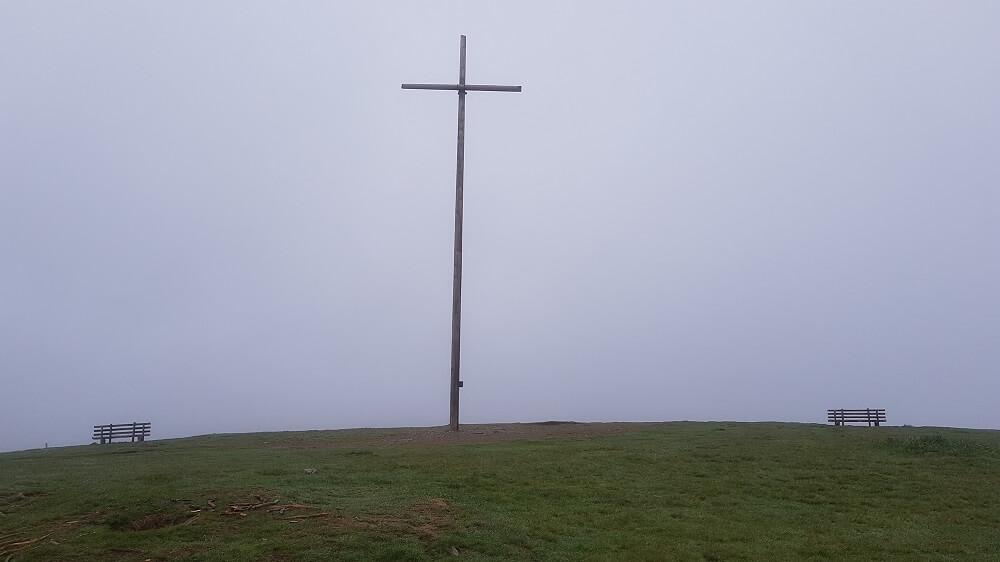 Gipfelkreuz im Nebel