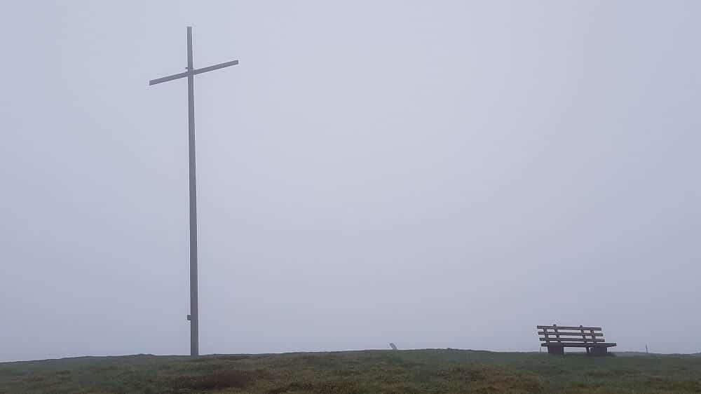 Gipfelkreuz vom Herzogenhorn im Nebel