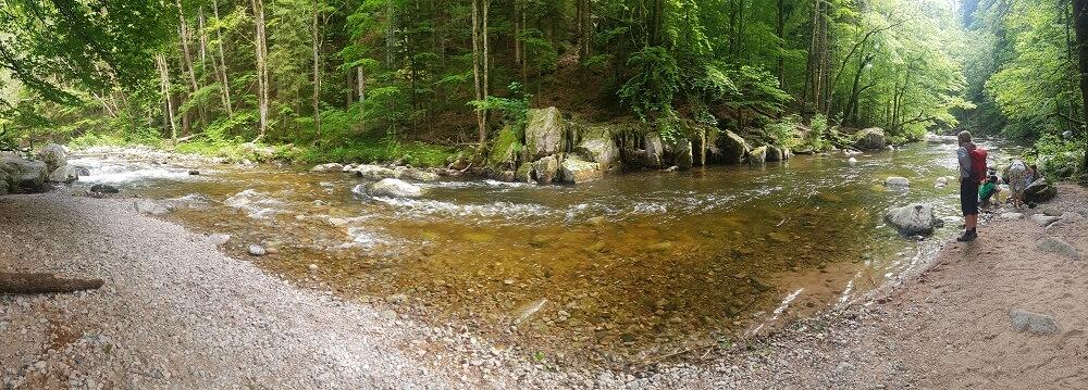 Kiesstrand am Höllbach im Höllbachtal