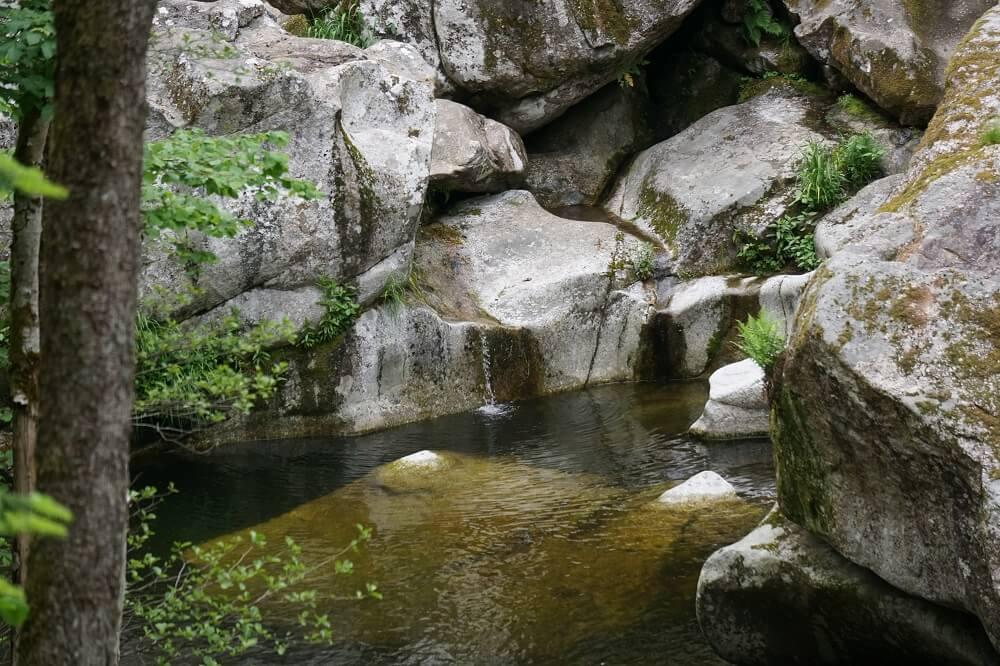 Felsen mit kleinem See