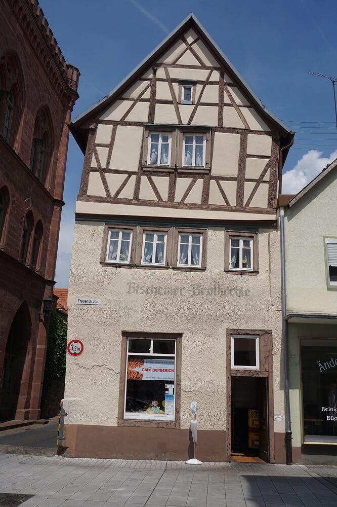 Schiefes Haus neben Rathaus