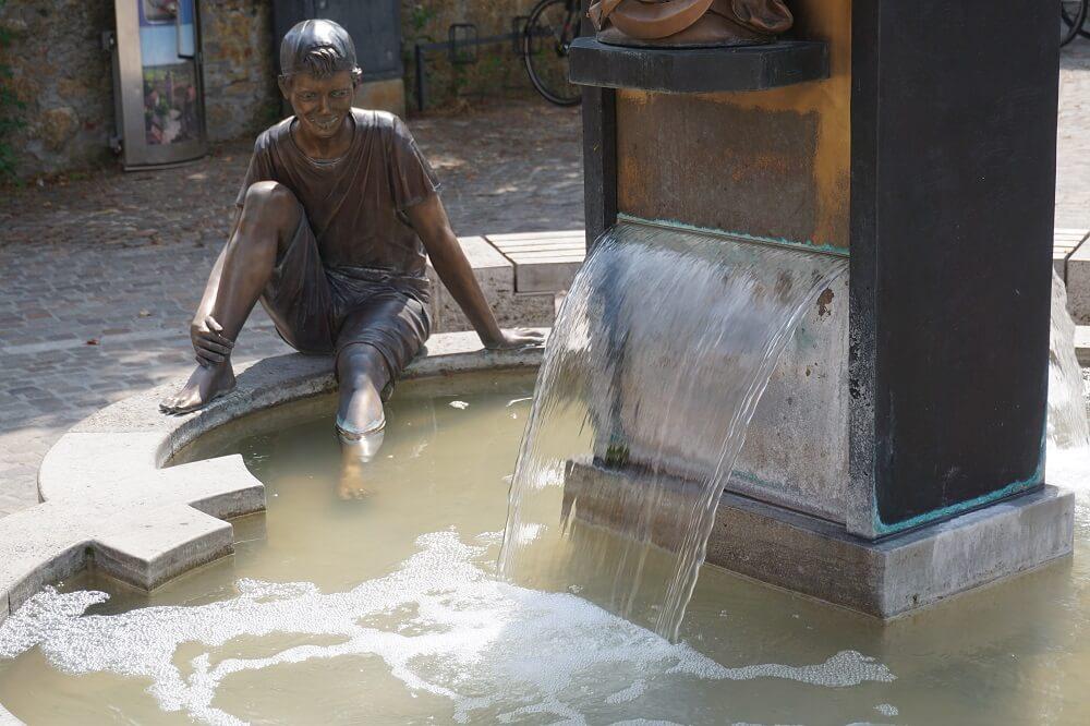 Brunnen mit Figur aus Metal