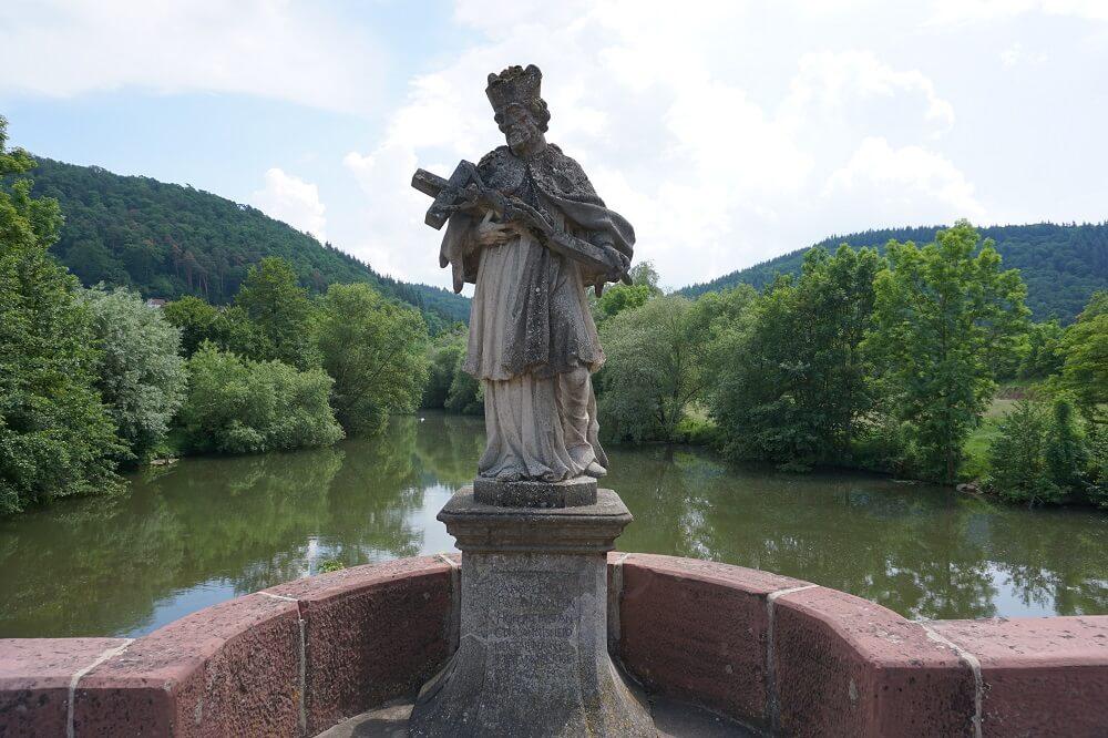 Skulptur auf Brücke