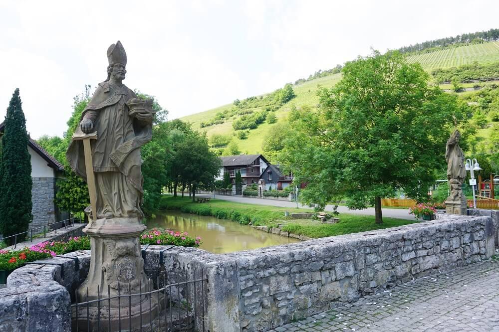Skulptur auf alter Brücke